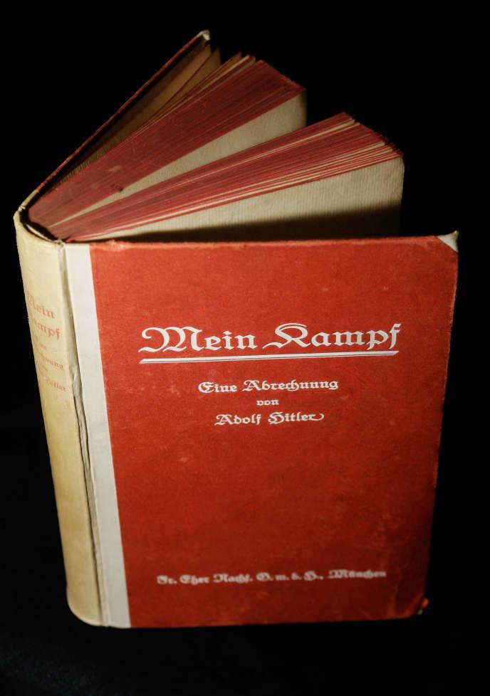 Un exemplaire de la première édition de Mein Kampf.