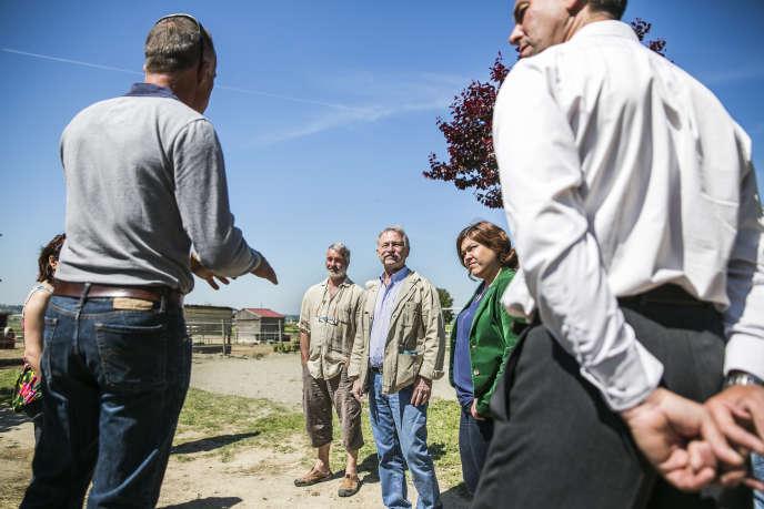 """JoséŽ BovéŽ, déŽputéŽ européen d'Europe Ecologie-Les Verts en visite au centre Žéquestre Kalinka près de N""""îmes, dans le Gard, lundi 5 mai 2014."""
