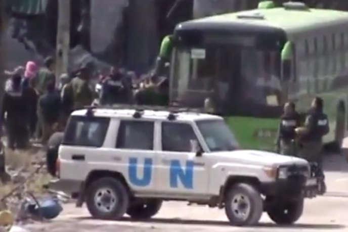 Capture d'écran d'une vidéo de l'évacuation des rebelles, le 7 mai 2014, de la vieille ville d'Homs.