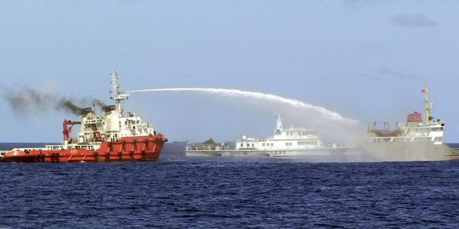 Un navire chinois attaque au canon à eau un patrouilleur vietnamien, mercredi 7 mai, en mer de Chine du Sud.