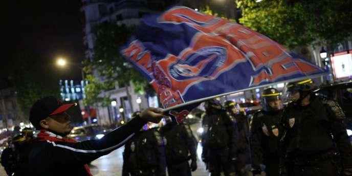 Plusieurs milliers de personnes se sont rassemblées mercredi soir sur les Champs-Elysées, tandis qu'une centaine d'« Ultras » avait manifesté peu avant pour dénoncer « l'ambiance du Parc ».