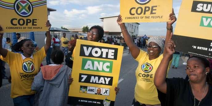 Partisans de l'ANC autour d'un bureau de vote près duCap le7mai.