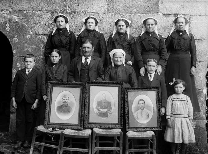 Une famille expose les portraits de ses soldats, à Plouaret (Côtes-d'Amor), vers 1920.
