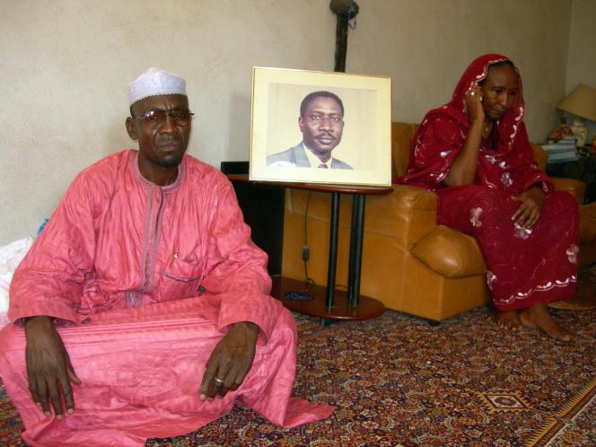 La femme et le cousin d'Ibni Oumar Mahamat Saleh posent à côté du portrait de l'opposant, le 15 mai 2008, à N'Djamena.