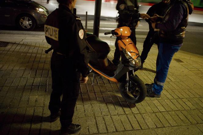 Des policiers de l'unité territoriale de quartier (UTEQ) vérifient les papiers d'un conducteur de scooter lors d'une patrouille dans le quartier du Mas-du-Taureau, le24mars2010 à Vaulx-en-Velin (Rhône).