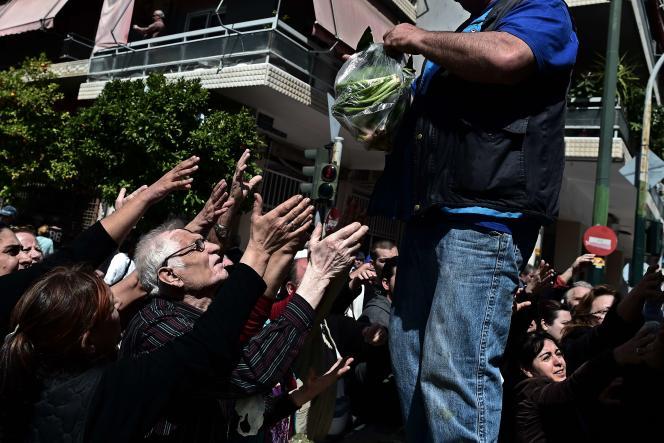 Distribution gratuite de fruits et légumes par des petits producteurs locaux en grève sur un marché d'Athènes, le 30 avril.