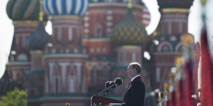 Vladimir Poutine prononce son discours à l'occasion des célébrations su 69e anniversaire de la victoire de l'armée rouge sur l'Allemagne nazie, le 9 mai, sans faire référence à la situation ukrainienne.