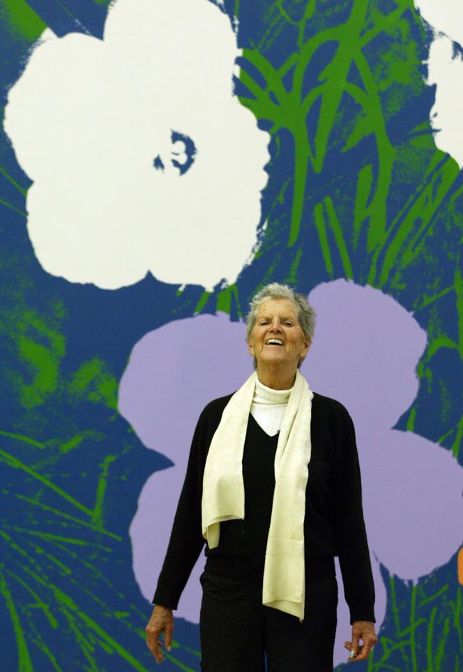 L'artiste américaine Sturtevant devant un tableau intitulé