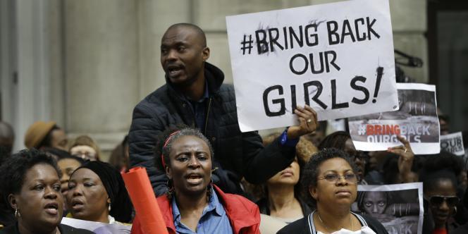 Des manifestants demandent la libération des jeunes nigérianes à Londres de vendredi 9 mai.