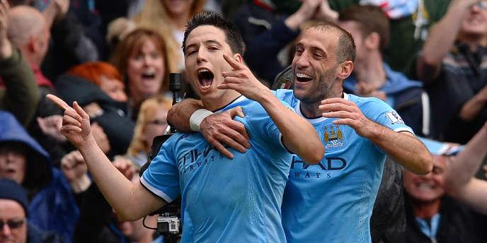 Le Français Samir Nasri (gauche) et l'Argentin Pablo Zabaleta exultent, dimanche 11 mai, lors du match face à West Ham qui a offert le titre de champion d'Angleterre à Manchester City.