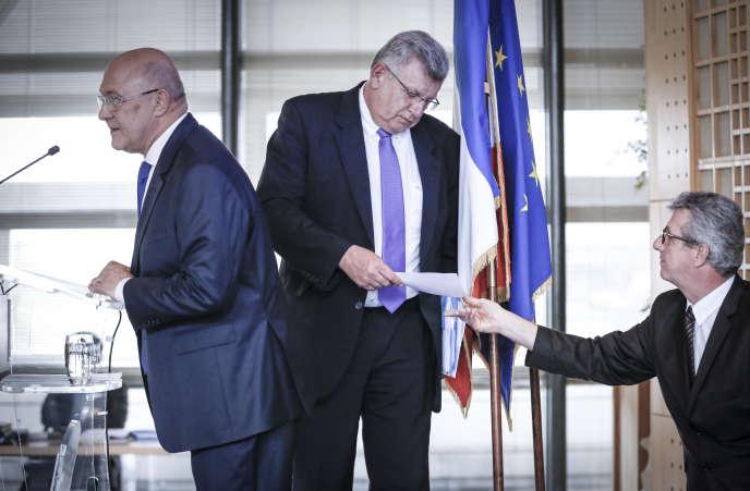 Michel Sapin, le ministre des finances (à gauche), et Christian Eckert, le secrétaire d'Etat chargé du budget (au centre), à Bercy, le 23 avril.
