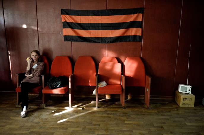 Membre d'une commission électorale chargée de superviser le scrutin d'autodétermination à Donetsk, dimanche 11 mai.