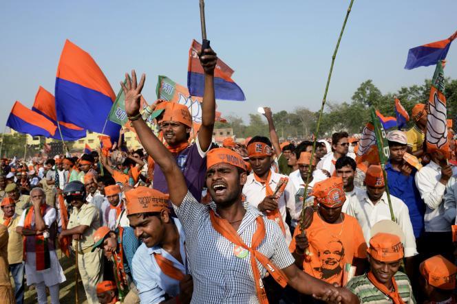 Des partisans du nationaliste hindou Narendra Modi à Varanasi (Inde) le 8 mai.