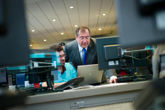 Le PDG du groupe Bouygues, Martin Bouygues avec un employé en 2013.