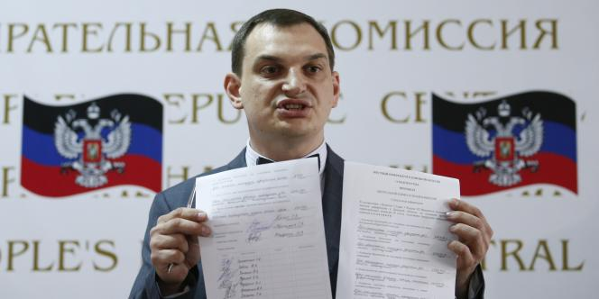 Le chef de la commission électorale pour le référendum sur l'autonomie à Donetsk, Roman Lyagin, présente les résultats du scrutin.