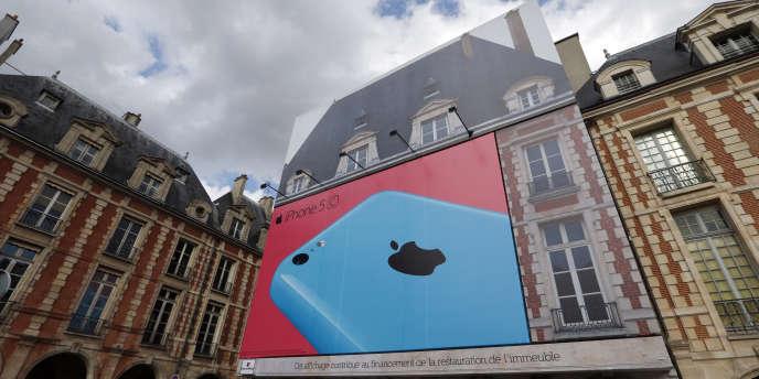 La bâche publicitaire pour Apple sur la façade de l'hôtel de Laffemas, place des Vosges, à Paris.