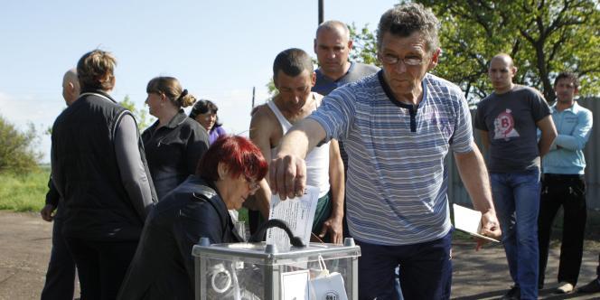 Une urne installée dans la région de Lougansk, pour le référendum sur l'autonomie, dimanche.