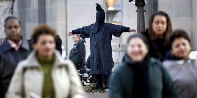 Un militant des droits de l'homme manifestant contre les actes de torture par l'armée américaine, en février 2005 à Washington.