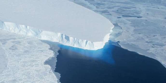 Le glacier Thwaites fait partie des grands glaciers de l'Ouest de l'Antarctique menacés, qui contiennent assez d'eau pour faire monter les océans d'un mètre et dont la fonte s'accélère.