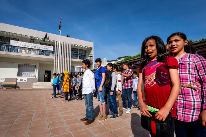 Cette école à Tunis, dans le quartier de Mutuelleville, est financée par Tripoli pour accueillir les enfants de réfugiés. Le matin, avant de commencer les cours, les élèves sont censés chanter le nouvel hymne national libyen, ce que beaucoup refusent.