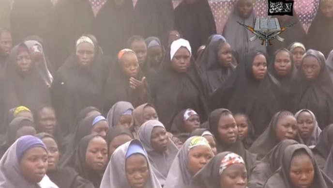 Capture d'écran de la vidéo diffusée par Boko Haram montrant les lycéennes enlevées.
