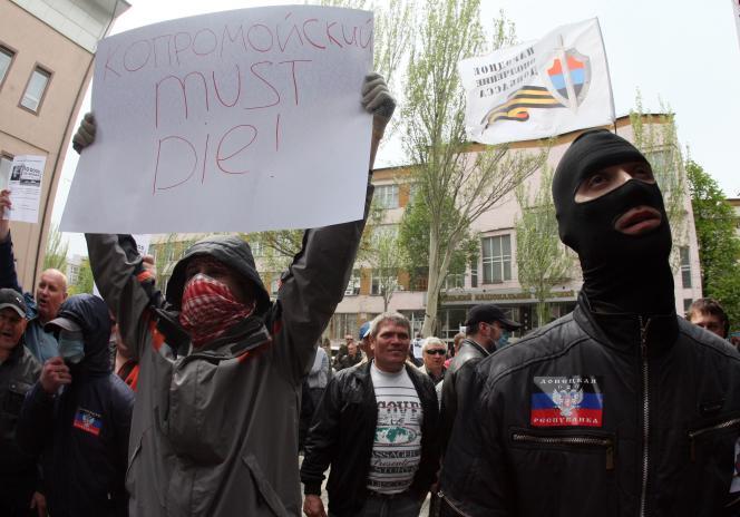 Des militants prorusses appellent à la mort d'Igor Kolomoiski, le gouverneur de Dnipropetrovsk, lors d'une manifestation à Donetsk le 28 avril.