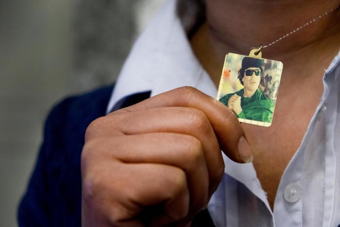 Le pendentif d'une réfugiée, qui vit à Tunis dans la nostalgie de Kadhafi.