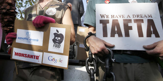 Manifestation contre le traité de libre-échange transatlantique, à Paris, le 10 avril.
