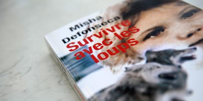 Dans ce roman publié en 1997, Misha Defonseca avait raconté avoir survécu à la Shoah grâce à  des loups et en ayant notamment tué un soldat allemand. Elle avait admis en 2008 avoir tout inventé.