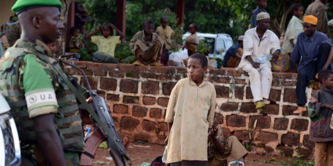 Un soldat des forces armées de l'Union africaine (UA) devant des réfugiés le4mai à Yaloke, à 200kilomètres de Bangui.