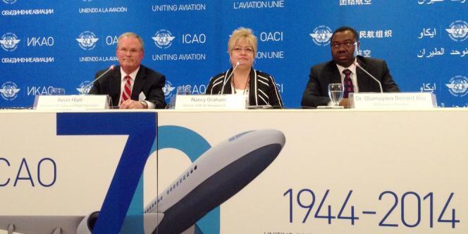 Le Dr Olumuyiwa Benard Aliu (à gauche), président de l'OACI, aux côtés de Nancy Graham, responsable du bureau de la navigation aérienne, et Kevin Hiatt, vice-président en charge de la sécurité des vols.