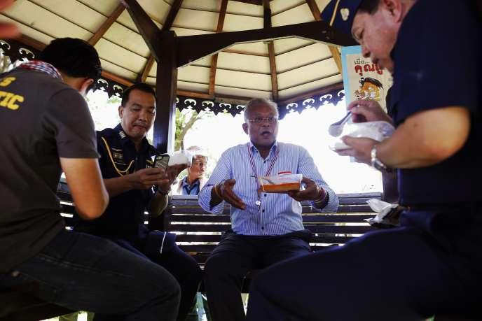 Suthep Thaugsuban, chef de file des opposants, partage un repas avec des militaires après que des manifestants sont entrés dans la base militaire où le premier ministre par intérim rencontrait la Commission électorale, le 15 mai.
