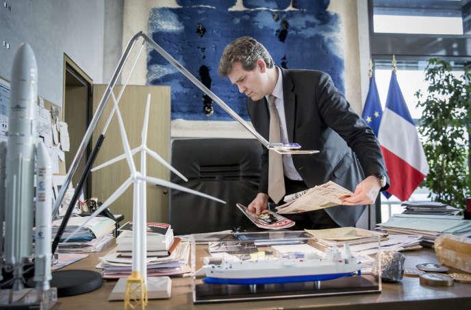 Arnaud Montebourg, ministre de l'économie, dans son bureau à Bercy, le 14 mai.