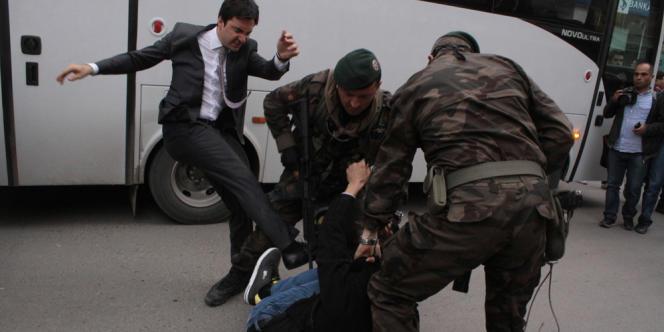 Yusuf Yerkel (à gauche), un des conseiller de Recep Tayyip Erdogan, assène de coups de pied un manifestant, en marge de la visite du premier ministre à la mine de Soma, le 14 mai. Les manifestations ont été déclenchés par l'accident qui a eu lieu dans la mine la veille, et qui a fait au moins 282 morts.