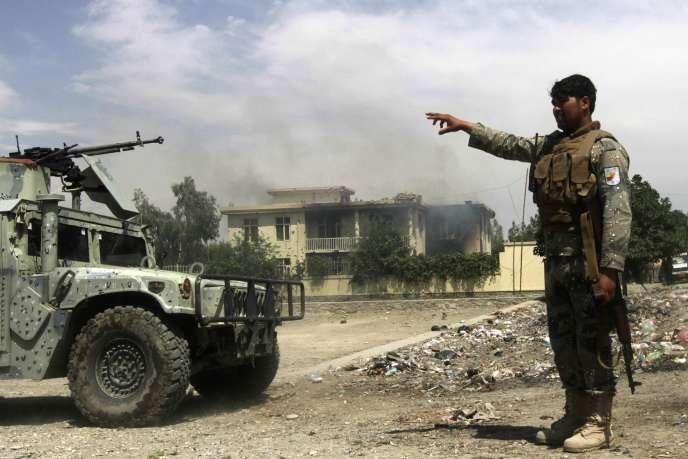 Les forces de sécurité afghanes sécurisent un bâtiment attaqué par des combattants talibans, dans la province de Jalalabad, le 12 mai.