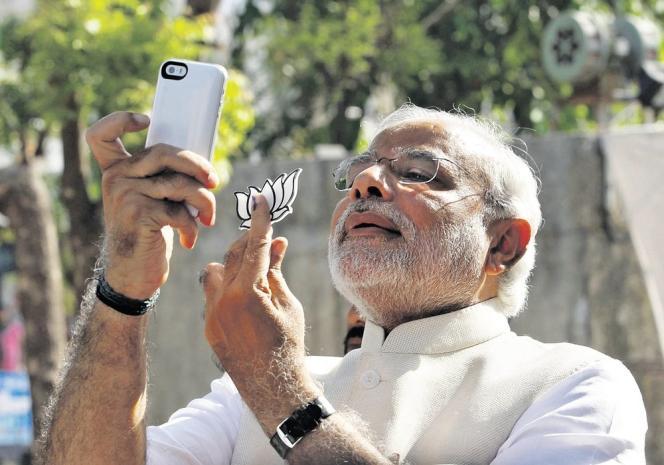 Narendra Modi se «selfie» avec le logo de son parti, le BJP. Le 30 avril.