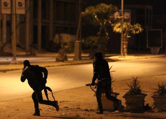 Depuis la chute du régime de Mouammar Kadhafi en 2011, Benghazi est le théâtre d'attaques et d'assassinats quasi-quotidiens visant l'armée et la police.