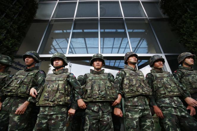 Des soldats thaïlandais montent la garde devant un bâtiment de la télévision publique, le 9 mai à Bangkok.