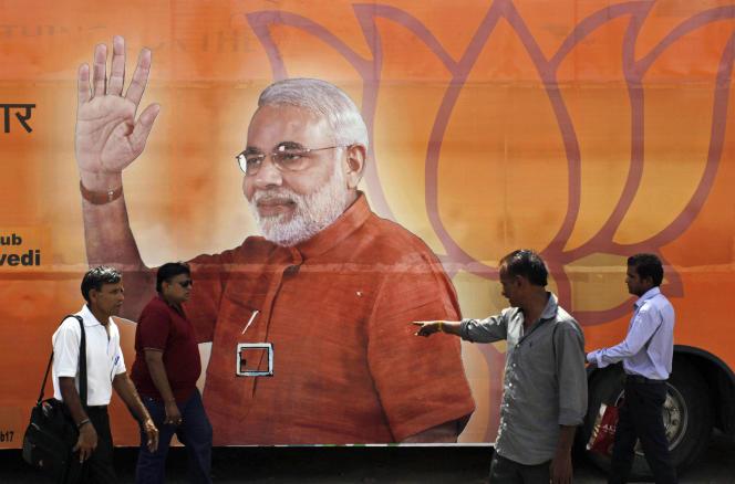 Affiche électorale de Narendra Modi dans une rue d'Ahmadabad, le 15 mai.