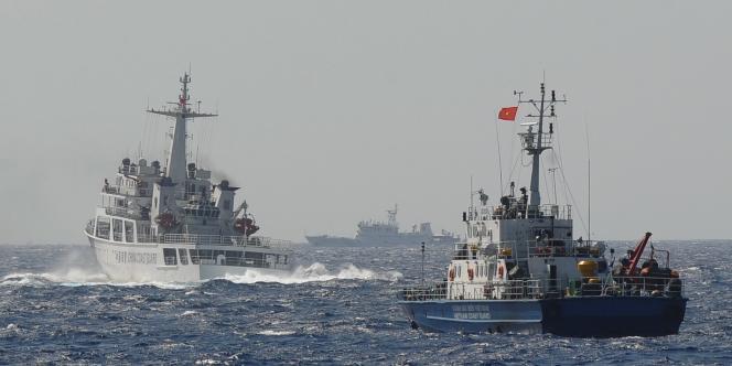 Un navire des gardes-côtes chinois poursuivi par un navire des gardes-côtes vietnamien, à proximité de la zone de forage envisagée par la Chine près de l'archipel des Paracels.