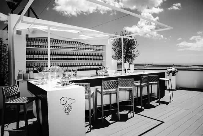 Au Mouton  Cadet Wine Bar (ci-contre),  installé au sixième étage du Palais des festivals,  la terrasse offre une vue spectaculaire sur la baie. -