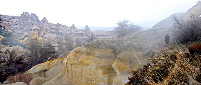Le réalisateur turc égrène les changements d'échelle, réduisant ici et là ses personnages à de simples silhouettes perdues dans un paysage de Cappadoce qu'on dirait éternel.