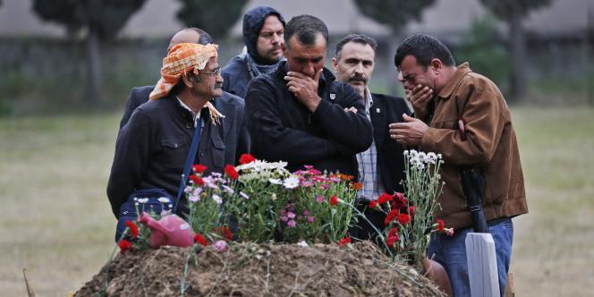 Devant la tombe d'une victime de l'accident de la mine de Soma en Turquie, le 17 mai.