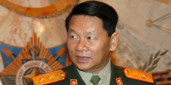 Le ministre de la défense du Laos, Douangchay Phichit, en visite à Moscou en 2004.