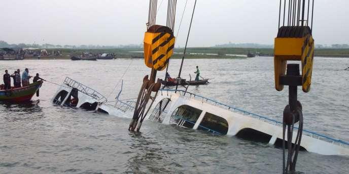 Opération de secours après le naufrage d'un ferry, jeudi 15 mai au Bangladesh.