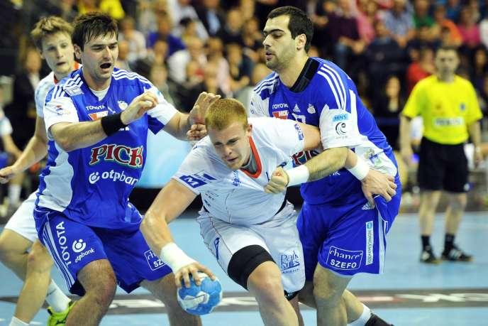 Matej Gaber de Montpellier face à la défense hongroise de Szeged, le 18 mai en finale du Final Four.