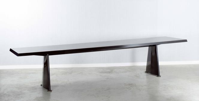 Table en métal Jean Prouvé, conçue pour la cité universitaire d'Anthony et adjugée 1 241 300 euros le 19 mai chez Artcurial.
