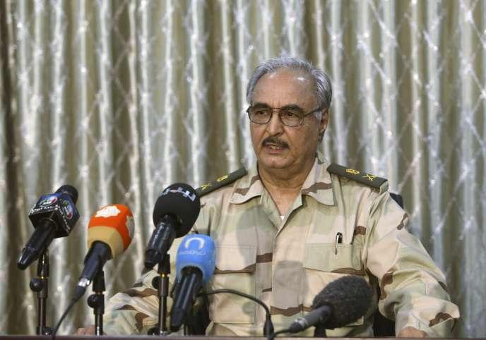 Le général Khalifa Hiftar, chef autoproclamé de la coalition hétéroclite, qui conteste le Congrès général national en Libye.