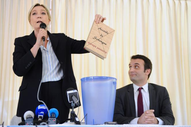 La présidente du Front national Marine Le Pen a jeté dans une poubelle un livre sur lequel était écrit «Accords de Schengen», le 16 avril 2014.