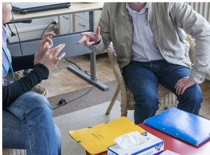 Une séance de médiation dans les locaux de l'association Ceraf, à Chelles (Seine-et-Marne).